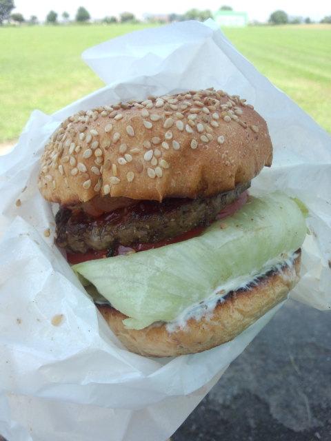 ハンバーガー(オニオン抜き)にバーベキューソース、パイントッピング