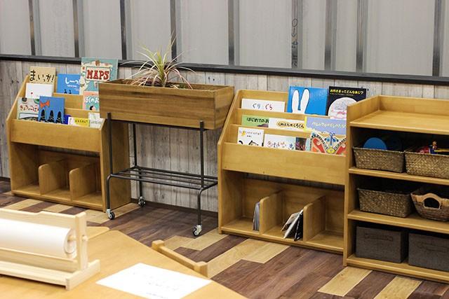 棚の中におもちゃや絵本